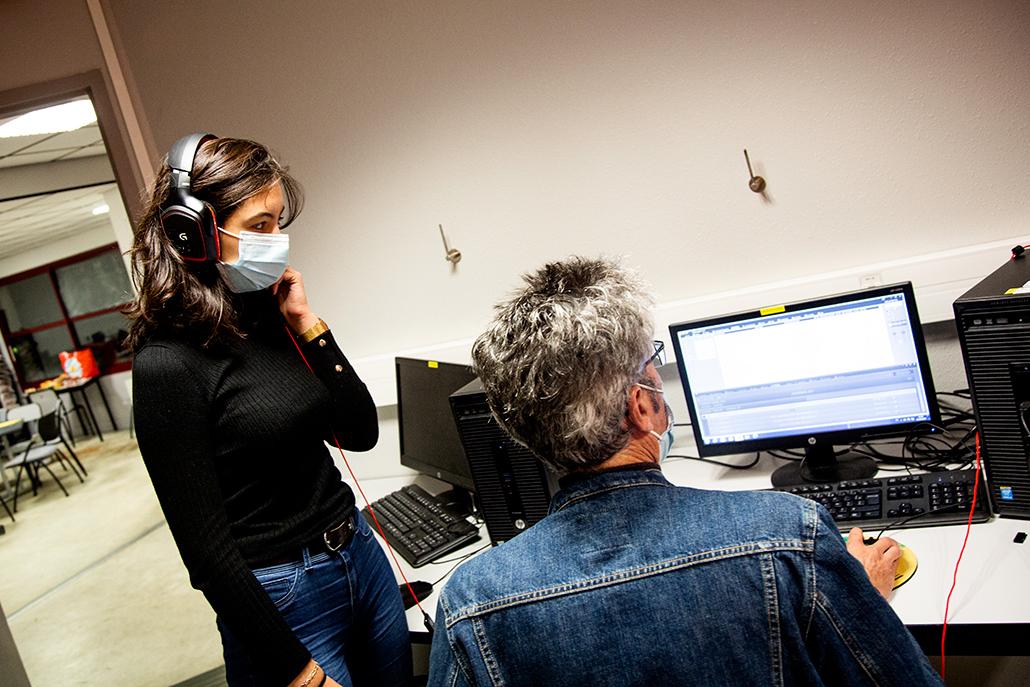 Semaine radio à l'IUT de Lannion. Vincent Gerles montrant le logiciel Netia à une étudiante d'Infocom.